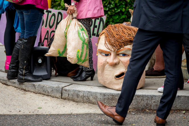 Des manifestants sont rassemblés devant le Capitole, à Washington, alors que Donald Trump rencontre la direction de Parti républicain, jeudi 12 mai.