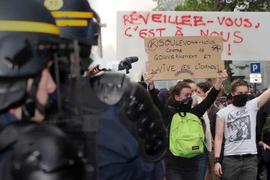 Lors d'une manifestation contre la loi travail, le 12mai, des manifestants face à des CRS, à Paris.