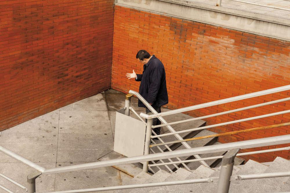Quatre ans durant, David Hornillos a fréquenté les abords d'une gare, essayant d'abstraire tout ce qui s'y passait et y construisant une scène théâtrale.«Mediodía»est un projet sur une lumière, un mur et une couleur.
