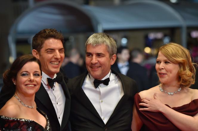 De gauche à droite : Laure Calamy, Damien Bonnard, Alain Guiraudie et India Hair lors de la montée des marches pour leur film« Rester vertical» au 69e Festival de Cannes, le 12 mai 2016.