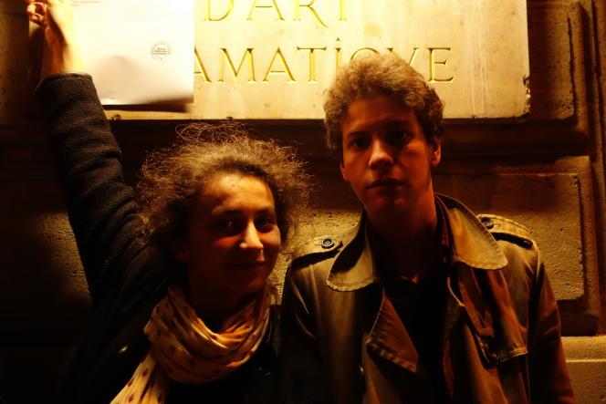 Margot et Mohamed, reçus cette année, prennent la pose devant la liste des admis au Conservatoire.