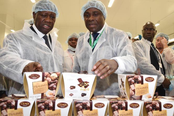 Le président ivoirien Alassane Ouattara et le PDG de Cémoi Côte d'Ivoire,Benjamin Bessi, lors de l'inauguration de l'usine du chocolatier français à Abidjan, le 18 mai 2015.