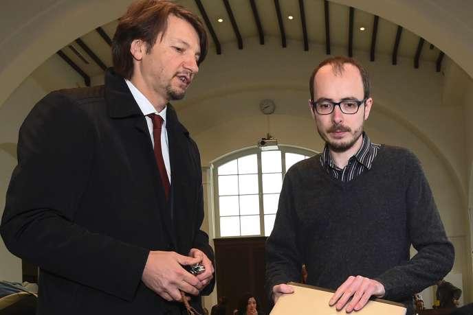 Philippe Penning, à gauche, avec Antoine Deltour au tribunal de Luxembourg le 26 avril 2016.