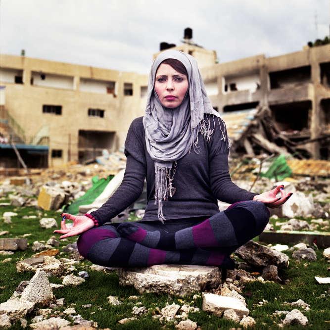 Jasmine Nebieh, 24ans, Palestinienne sunnite. Elle vit dans la bande de Gaza,où elle enseignaitle yoga avant que le lieu où elle travaillait ne soit détruit au cours de l'opération «Pilier de défense», en2012. Ce qu'elle souhaite: «La paixà Gaza. Apprendre d'autres sports et les pratiquer hors de Gaza.»