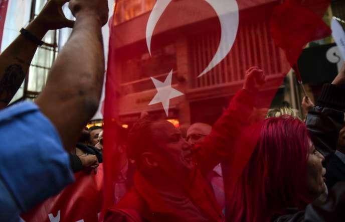 Manifestations à Istanbul, le 27 avril 2016, contre l'adoptiond'une Constitution religieuse.