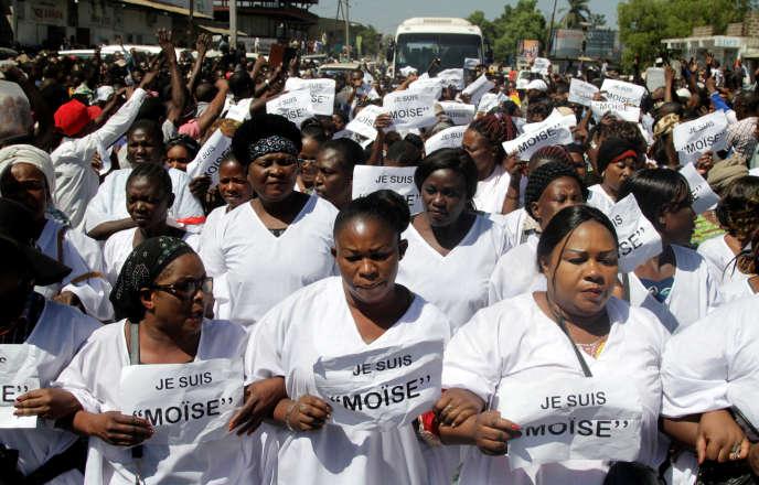 Le 13 mai 2016 àLubumbashi, des partisans de l'opposantMoïse Katumbi l'escortent jusqu'au ministère public où il doit être entendu pour des accusations selon lesquelles il aurait recruté des mercenaires.