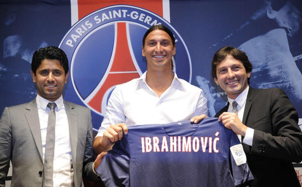 Six jours après l'annonce de l'arrivée de l'attaquant suédois au PSG, le18 juillet 2012, Zlatan Ibrahimovic pose à Paris, entouré du président du club, Nasser Al-Khelaifi (à gauche), et du directeur sportif, Leonardo.