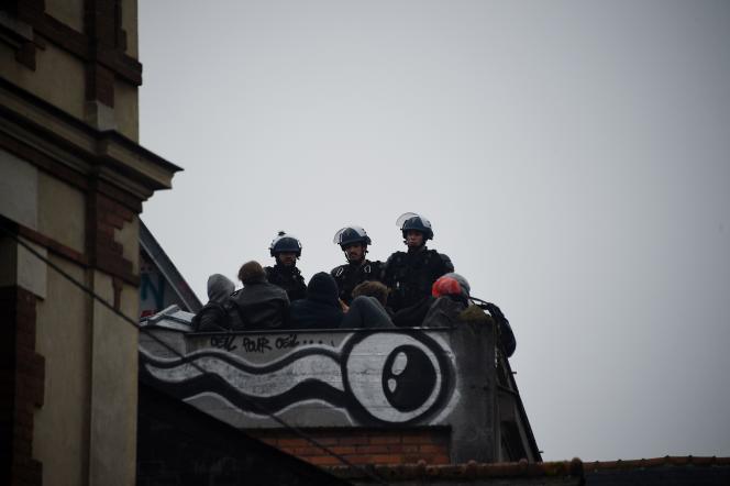 Des policiers sur le toit de la salle vendredi 13 mai.