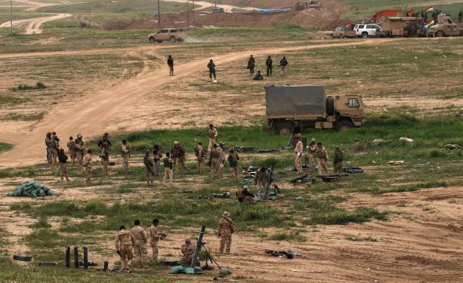 Des soldats irakiens aux abords de Makhmour, située à 75 km de Mossoul, le 26 mars.