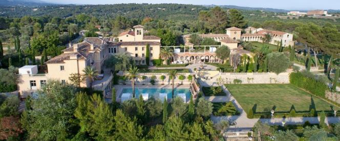 Chaque année, d'entre les cyprès et les oliviers, a surgi une nouvelle construction : une orangeraie, une cuisine d'été, un pigeonnier, une galerie à colonnes, sous les yeux incrédules des voisins.