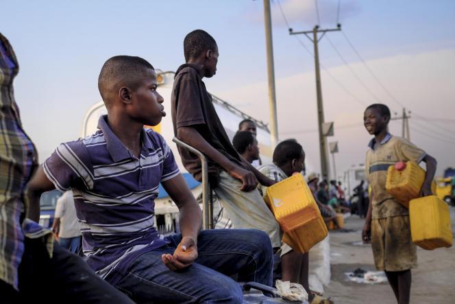 Des Nigérians font la queue devant une station-service, à Lagos, le 25 avril.