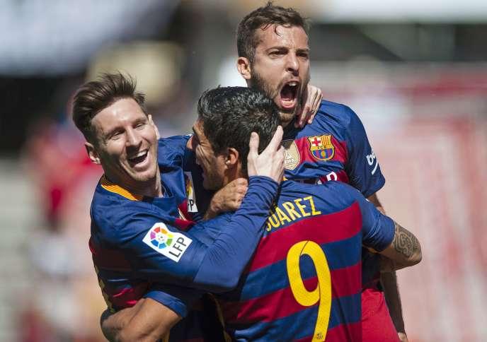 Luis Alberto Suarez célèbre son triplé avec ses coéquipiers Lionel Messi et Jordi Alba, lors du match face à Grenade, le 14 mai.