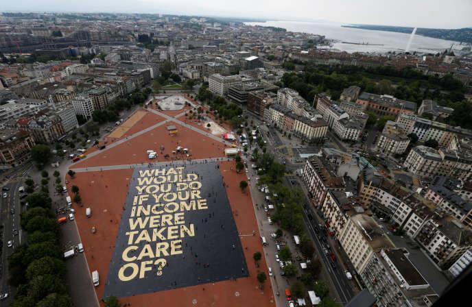 Une affiche géante vantant le revenu de base à Genève, en Suisse, le 14 mai.