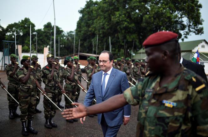 François Hollande arrive au palais présidentiel à Bangui, le 13 mai.