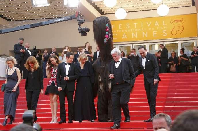 L'équipe du film allemand de Maren Ade,« Toni Erdmann», sur les marches du Palais des festivals à Cannes, le 14 mai 2016.