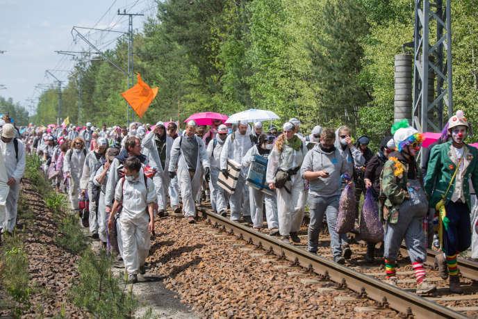Des militants bloquent les rails menant à la centrale de charbon Schwarze Pumpe, dans la région de Lusace, en Allemagne,samedi 14 mai 2016.