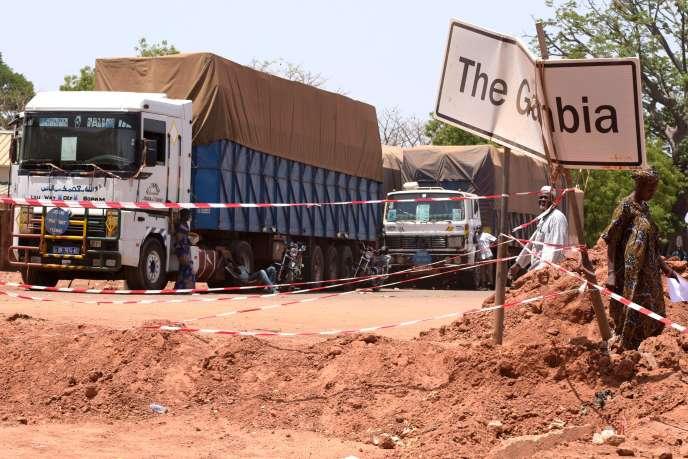 Camions bloqués au poste frontière de Keur Ayip au Sénégal, le 9 mai 2016. La circulation des camions est suspendue depuis février entre la Gambie et le Sénégal, suite à la multiplication par cent des droits de transit gambiens.
