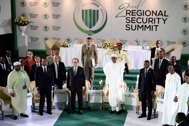 Le président du Gabon, Ali Bongo, son homologue du Cameroun, Paul Biya,le ministre français de la défense, Jean-Yves Le Drian, le président François Hollande, ses homologues du Nigeria, Muhammadu Buhari, du Bénin, Patrice Talon, et du Tchad, Idriss Déby, lors de l'ouverture du Sommet régional consacré à la sécurité àAbuja, au Nigeria, le 14 mai 2016.