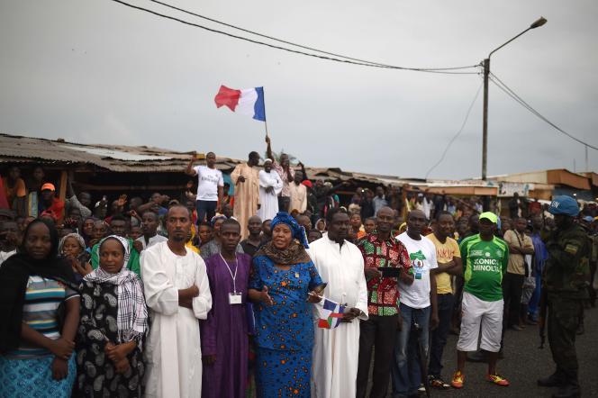 Des habitants du quartier KM5, à Bangui, attendent le passage du président Hollande, vendredi 13 mai.
