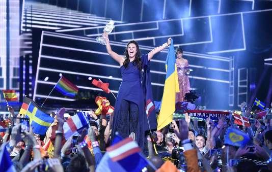 La chanteuse ukrainienne Jamala célèbre sa victoire, à Stockholm le 14 mai.