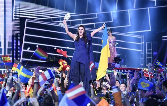 La chanteuse ukrainienne Jamala célèbre sa victoire, à Stockholm, le 14 mai 2016.