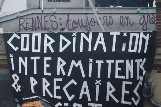 Une bannière de la coordination des intermittents et précaires sur la façade de la Maison du peuple à Rennes, le 13 mai 2016.