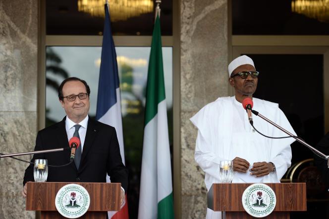 Le président français François Hollande et son homologue nigérian Muhammadu Buhari, lors du sommet à Abuja, au Nigeria, le samedi 14 mai 2016.