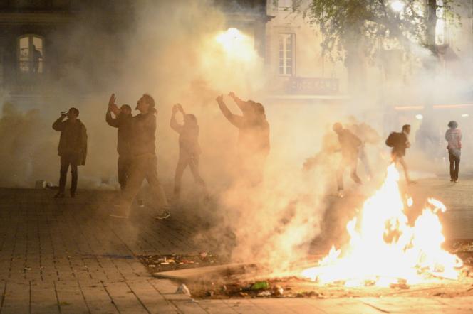 A Nantes, le 10 mai, des manifestants protestent contre le recours du gouvernement à l'article49.3 de la Consitution pour faire adopter la loi travail.