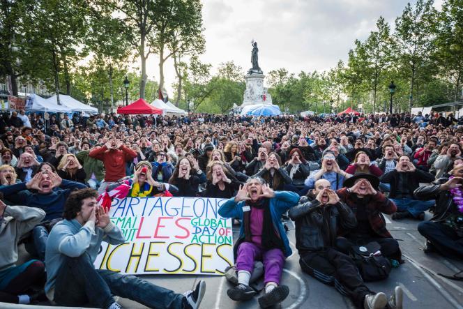 Des participants de Nuit Debout sur la place de la République, le 15 mai 2016
