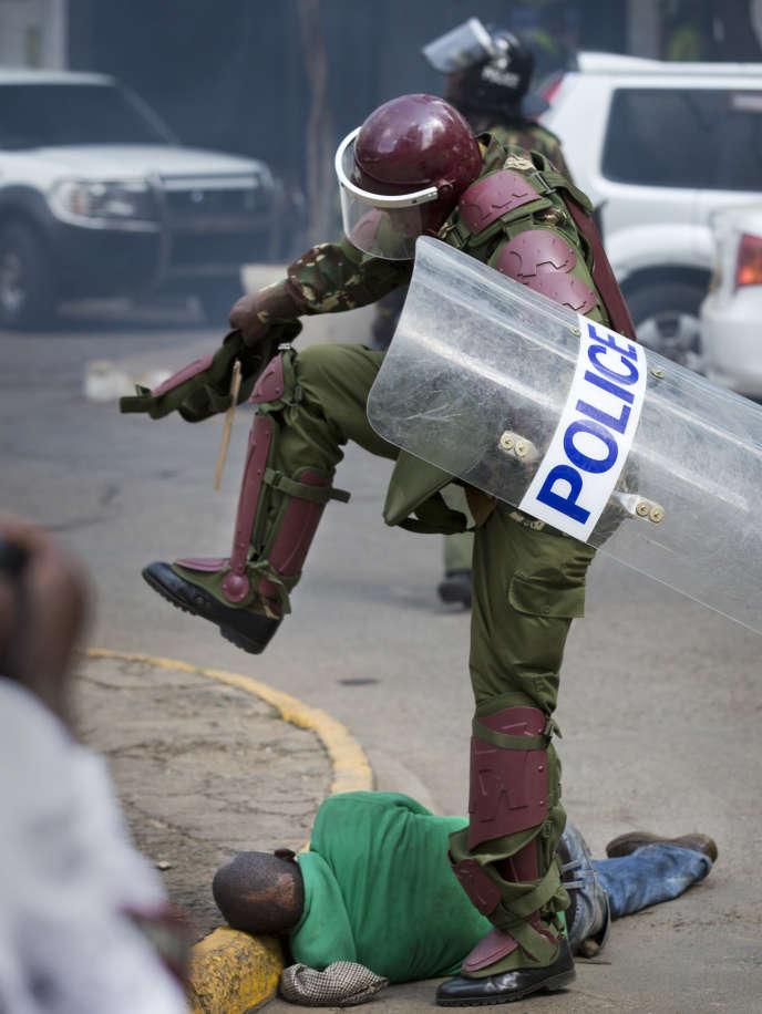 Un policier kényan frappe un manifestant à terre, le 16 mai 2016, à Nairobi, la capitale du Kenya.