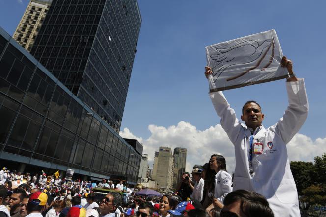 Un médecin manifeste lors d'un rassemblement de l'opposition à Caracas, le 10 mars.