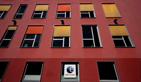 Le logo de Pôle Emploi vu sur la façade d'un immeuble de Nice.