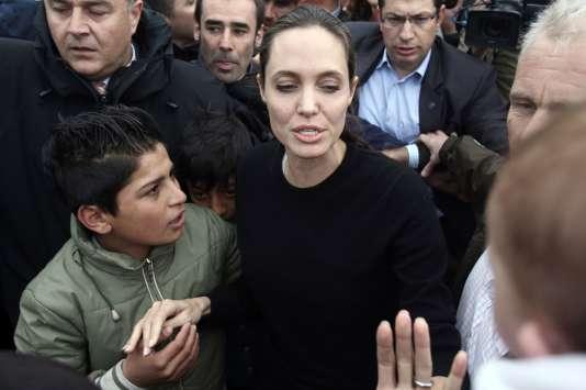 Angelina Jolie Pitt,ambassadrice de bonne volonté du Haut-Commissariat des Nations unies pour les réfugiésvisite des réfugiés dans le port duPiréeen mai 2016.