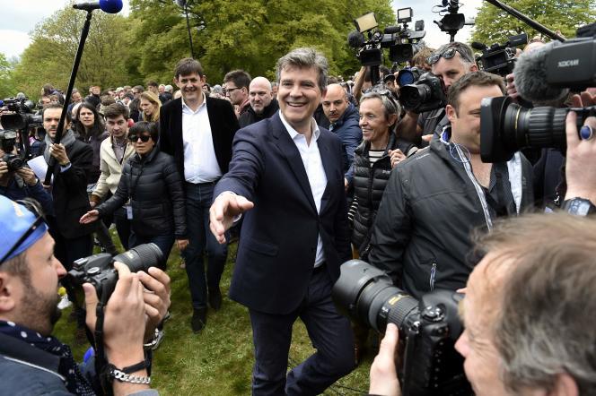 Arnaud Montebourg, entouré de ses soutiens habituels, compte sur l'organisation d'une primaire au PS pour 2017.