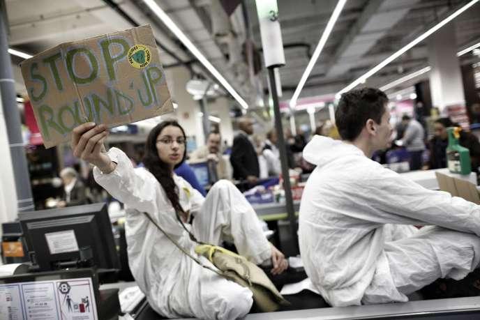 Blocage symbolique des caisses dans le supermarché Carrefour de Rosny 2,par l'association