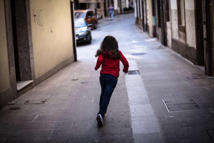 Les enfants grandissent désormais dans des espaces délimités qui leur sont réservés, mais dont la rue est exclue.