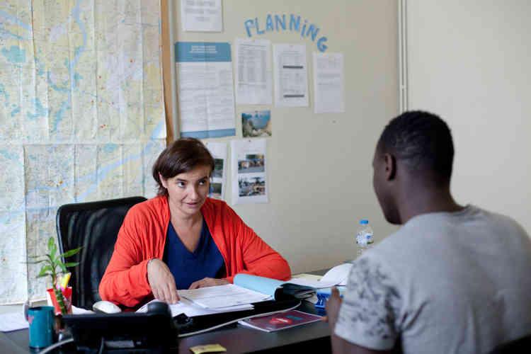 Carine Rolland est responsable depuis un an du programme mineurs. Elle exerce par ailleurs en tant que médecin généraliste au sein de son cabinet. À Médecins du monde, elle est bénévole. Depuis huit ans, elle y accompagne les migrants.