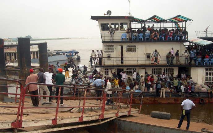 Le bac du débarcadère du Beach, à Brazzaville, qui fait la navette sur le fleuve entre les capitales des deux Congos, Brazzaville et Kinshasa.