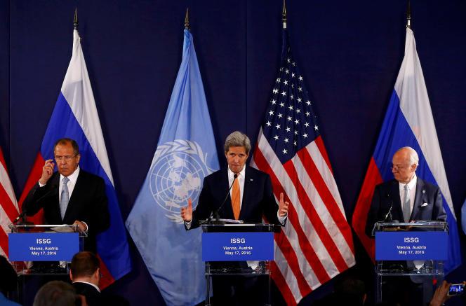 De gauche à droite, le ministre russe des affaires étrangères, Sergeï Lavrov, le secrétaire d'Etat américain, John Kerry et le médiateur de l'ONU, Staffan de Mistura, lors d'une conférence de presse à Vienne, mardi 17 mai 2016.