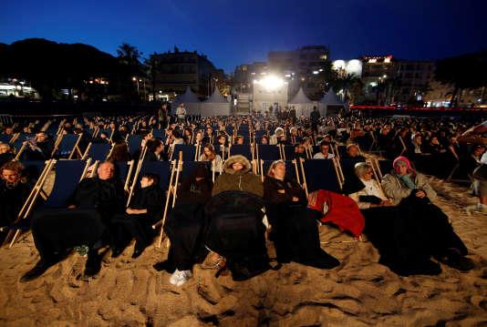Des spectateurs attendent le début d'une diffusion nocturne sur la Croisette, durant le 69e Festival de Cannes, le 17 mai.