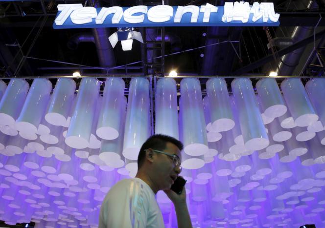 «Tencent a développé de nouvelles fonctionnalités, sur le mode conversationnel, pour aider les titulaires de comptes spéciaux à interagir avec leurs clients/fans» (Photo: logo de Tencent, à la Global Mobile Internet Conference, à Pékin, en 2015).