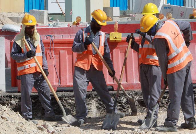Des travailleurs étrangers sur un site de la Coupe du monde 2022, en novembre 2014.