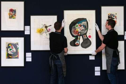 Le 17 mai à Londres, des galeristes suspendent « Le Fantôme de l'atelier» estimé entre 6 000 et 8 000 livres (entre 7 800 et 10 400 euros), l'un des lots donnés par le petit-fils de Joan Miró au profit des réfugiés.