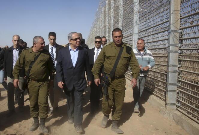 Le chef d'état-major de l'armée israélienneGadi Eizenkot (à gauche) et le premier ministre Benjamin Netanyahu, lors d'une visite le long de la frontière Israelo-Jordanienne le 9 février 2016.
