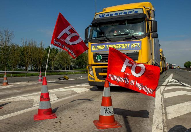 Des militants de Force ouvrière ont mis en place des blocages et des barrages filtrants sur le réseau français, ici sur l'A26 à Saint-Omer (Pas-de-Calais).