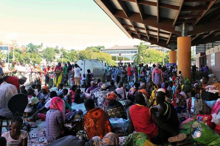 500 personnes, expulsées le 15 mai par des habitants, se sont réfugiées place de la République àMamoudzou (chef-lieu de l'île).