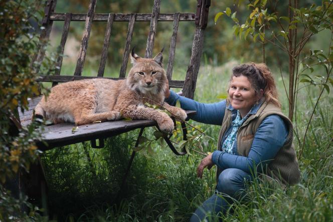 Marie-Noëlle Baroni, coach animalière dans sa propriété de Saint-Andiol (Bouches-du-Rhône), ici avec son Lynx.