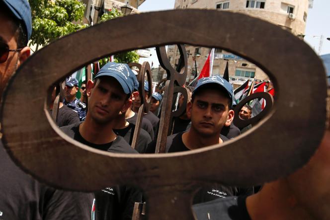 Des Palestiniens participent, le 17 mai 2016 à Ramallah, à un rassemblement pour commémorer le 68e anniversaire de la «Nakba» (la« catastrophe», en arabe), en référence à la création d'Israël en 1948. Les clés symbolisent les logements laissés derrière elle par la population.