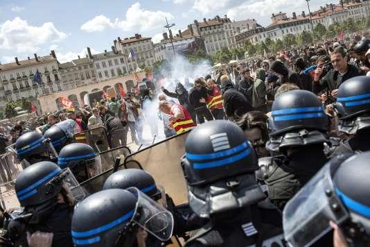 Un affrontement entre des policiers et des manifestants à Lyon, le 17 mai.
