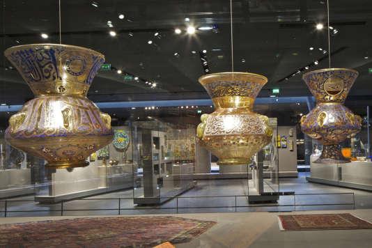Le département Arts de l'islam au Louvre, à Paris, inauguré en 2012, sous le tapis volant en résille d'or de Rudy Ricciotti.